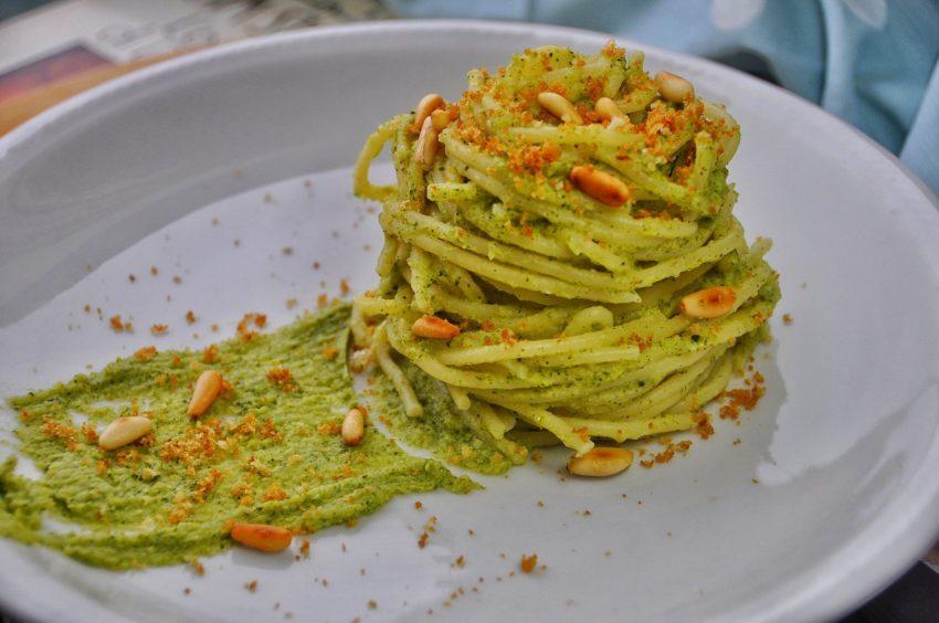 Spaghetti al pesto di broccoli e pinoli