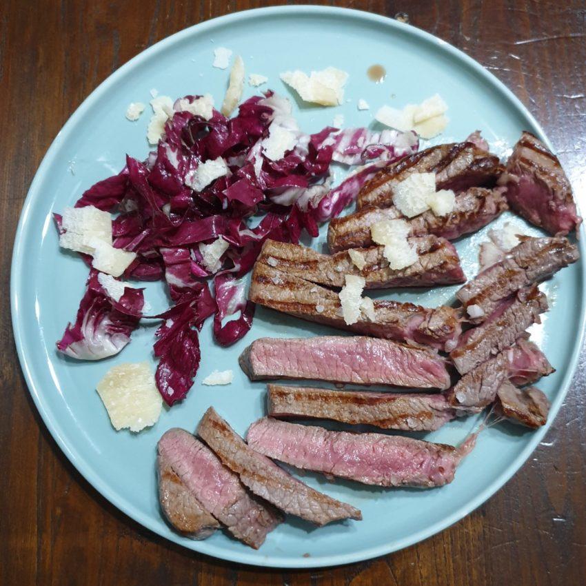 Vitello con scaglie di grana e insalata di radicchio rosso