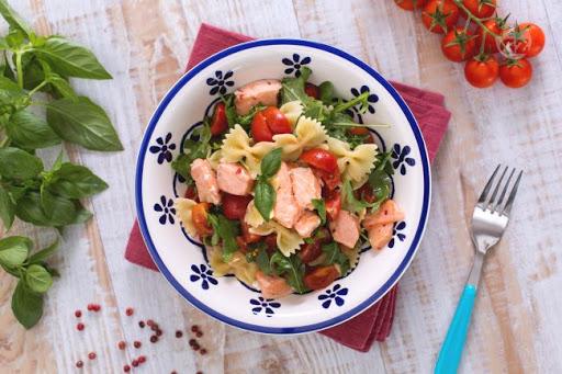 Farfalle salmone, rucola e pomodorini